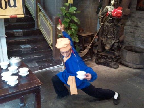 Arbatos pateikimas kung fu stiliumi