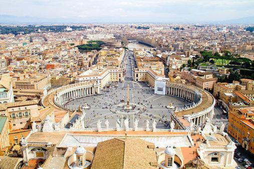Šv. Petro aikštė Vatikanoje šalia Šv. Petro bazilikos
